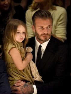 David & Victoria Beckham Bring Full Family to Burberry Show!: Photo David and Victoria Beckham sit in the front row with their kids while attending the Burberry Moda David Beckham, Estilo David Beckham, David Beckham Style, David Beckham Daughter, David Beckham Family, David Beckham Children, David E Victoria Beckham, Victoria And David, Blue Ivy