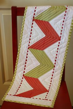 Zig-Zag Table Runner .. Tutorial is for AccuQuilt machine, but it is composed of 1/2 square triangles .... easy, peasy!