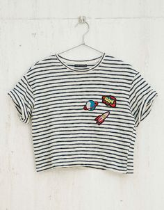Camiseta BSK rayas y parches. Descubre ésta y muchas otras prendas en Bershka con nuevos productos cada semana