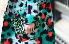 A estampa de onça é um clássico atemporal da moda. #moda #estilo #outfit #details #fashion #style #estampa #onça #leopard #print #trend #tendencia #bag #bolsa #casaco #coat