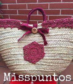 Risultati immagini per capazos decorados con crochet Crochet Crafts, Yarn Crafts, Crochet Projects, Hippie Bags, Straw Handbags, Diy Handbag, Creation Couture, Knitted Bags, Handmade Bags