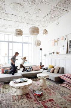 tapis patchwork, sofa gris composable et lampes origami, salon original et spacieux