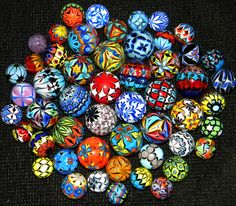 Handcrafted Glass Marbles by Dinah Hulet in the collection of Scott Smith Handcrafted Glass Marbles von Dinah Hulet in der Sammlung von Scott Smith Marble Art, Glass Marbles, Glass Paperweights, Glass Ball, Painted Rocks, Stained Glass, Scott Smith, Crafts, Handmade