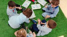 "Taller ""Mensaje en una botella"" con los alumnos de 2º de Infantil Picnic Blanket, Outdoor Blanket, Tourism, Activities, Messages, Creativity, Picnic Quilt"
