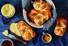 Kynuté houstičky si můžete upéct i doma. Určitě budou stejně dobré, jako ty z pekárny.  #recept #peceni #pecivo #houska #kynutetesto #recipe #bake Baked Goods, French Toast, Bread, Baking, Breakfast, Food, Pastries, Morning Coffee, Bakken