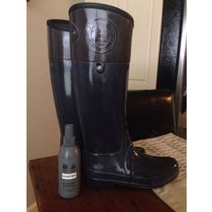"""Hunter Regent Carlyle Tall Rain Boots (US 7) Pre-owned in good condition! Navy & Brown two-tone with a slightly angled collar trimmed with an embossed logo & metal hardware.  Comes w/ Hunter Boot Buffer Spray (barely used, $14 new). In hot or humid weather, natural latex rubber releases a protective wax film; simply wipe it off with a damp cloth. A pristine finish and shine is easily restored with regular use of Hunter Boot Buffer or Instant Boot Shine.  Approx. heel height: 1"""". Approx. boot…"""