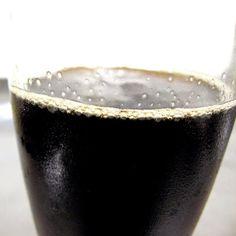 Recette de cocktail de fruits noir pour Halloween et sa main de glace Nutrition, Halloween, Tableware, Kitchen, Creative Food, Balanced Meals, Cooking Food, Ice, Greedy People