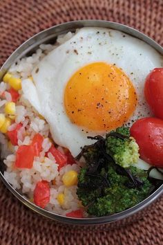 A fried egg is the main and only protein in this ultra-simple bento. The rest: rice with corn and tomato (cooked together in the rice cooker), grilled tomatoes, broccoli.