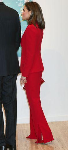 Reine Letizia. 22 mars 2018. Un nouveau deux-pièces de couleur rouge. Une couleur qu'elle adore et qu'elle porte à merveille.