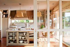Cocina con puerta de cristal