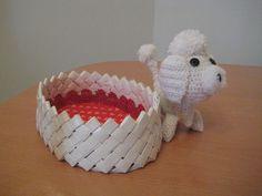 košík pletený z papíru a háčkovaný pejsek