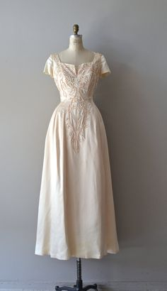 Languedoc wedding gown / wedding dress / by DearGolden Languedoc wedding gown / wedding dress / by DearGolden. Vintage Gowns, Vintage Bridal, Vintage Outfits, Dress Vintage, 1940s Fashion, Vintage Fashion, 1940s Wedding, Mademoiselle, Madame