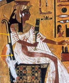 Las transparencias y los pliegues marcan las curvas de las egipcias. Los vestidos son largos, anudados a la cintura con fajines de colores, que se abrían y dejaban al aire las piernas de sus dueñas, sobre estos vestidos llevaban túnicas plisadas, con mangas.