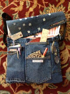 Denim bag with lots of pockets! Jean Crafts, Denim Crafts, Jean Purses, Purses And Bags, Denim Handbags, Denim Purse, Patchwork Jeans, Denim Ideas, Love Jeans