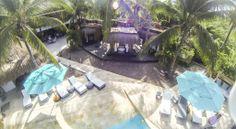 Detalles muy finos como los velos que cierran los espacios del Spa, los chandeliers de conchas y los ventiladores evocadores de los años cincuenta en el comedor, los candelabros o los espaldares de las camas tallados se destacan en medio de una propuesta limpia, de tonalidades azules, grises, verdes y, por supuesto, blancas. Algunos puntos de color están dados en cojines, manteles y otros objetos especiales. Cabe resaltar que todos los artículos decorativos fueron traídos desde Bali.