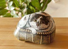 GATTO DIPINTO SU SASSO DI FIUME... Beautifully painted cat!!