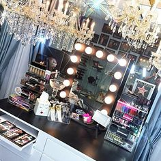 Elegant Makeup Room Checklist & Idea Guide for the best ideas in Beauty Room decor for your makeup vanity and makeup collection. Makeup Vanity Decor, Diy Vanity, Makeup Rooms, Vanity Set, Makeup Vanities, Vanity Ideas, Blue Vanity, Vanity Fair, Closet Vanity