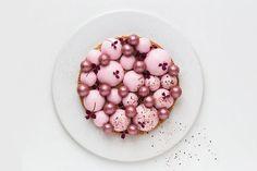 Kirsebærmoussekage med lakrids og citron præsenteret af Maja Vase