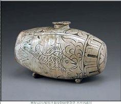 분청사기/박지조화모란어문장군/조선15세기 Antique Pottery, Ceramic Pottery, Korean Pottery, Pottery Place, Korean Art, Fish Design, Art Of Living, Ikebana, Art History