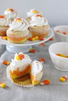 Candy Corn Cupcakes: use white cake mix. Divide batter into 3 bowls. Add yellow and orange food coloring to 2 of the bowls. Divide batter evenly, one at a time, into 24 cupcake liners. Bake, frost and top with candy corn. Yummy Treats, Delicious Desserts, Sweet Treats, Yummy Food, Delicious Cupcakes, Tasty, Halloween Sweets, Halloween Cupcakes, Halloween Candy