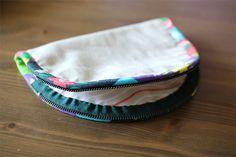 DIY Tutorial in Pictures. Zip Pouch Tutorial, Diy Tutorial, Zipper Bags, Zipper Pouch, Dumpling, Zip Around Wallet, Cosmetics, Type, Sewing
