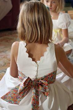 robe de demoiselle d'honneur Cléophée avec croquet et ceinture en liberty #lespetitschouxdebruxelles #cortege #demoiselledhonneur #flowergirl #mariage #wedding