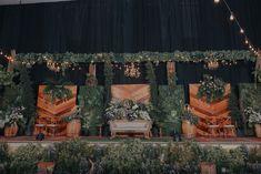 Vintage Wedding Backdrop, Wedding Backdrop Design, Rustic Wedding Gowns, Wedding Hall Decorations, Wedding Stage Design, Wedding Reception Backdrop, Rustic Wedding Flowers, Javanese Wedding, Summer Wedding Bouquets