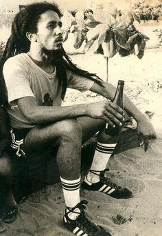 Bob Marley qui apprécie une petite mousse après un bon match de foot
