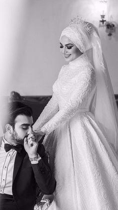 Muslimah Wedding Dress, Disney Wedding Dresses, Muslim Brides, Pakistani Wedding Dresses, Hijab Bride, Wedding Hijab, Wedding Picture Poses, Wedding Poses, Wedding Couples