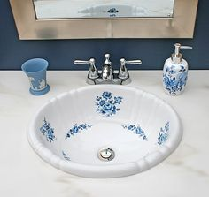Blue Bathroom With Blue Roses Painted Drop-in Sink Traditional Bathroom Sinks, Unusual Bathrooms, Dream Bathrooms, Modern Sink, Best Bath, Shower Remodel, Bathroom Accessories, Shabby Chic, Bath Room