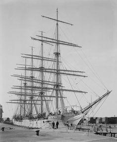 Skoleskibet København  omkring 1916. Da er det hvidt.