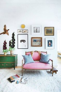 Amazing small living room decor idea for your first apartment 00018 ~ Home Decoration Inspiration Living Room Designs, Living Room Decor, Living Rooms, Living Spaces, Rosa Sofa, Decoracion Vintage Chic, Pink Sofa, Pink Settee, Settee Sofa