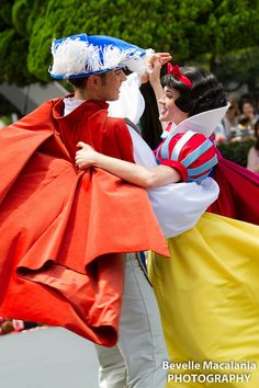 Snow and Charming Disney Parks, Disney Pixar, Disney Couples, Disney Theme, Walt Disney Pictures Movies, Disney Movies, Snow White Prince, Snow White 7 Dwarfs, Disney Princesses And Princes