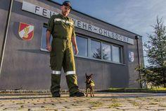 Hund im Dienst: Benjamin, ein dreieinhalb Jahre alter Zwergpinscher ist für sein Herrchen neben der Feuerwehr das wichtigste. Deswegen hat der kleine Hund nun seine eigene Uniform erhalten, die er auch gleich stolz präsentieren konnte. Mehr Bilder des Tages auf: http://www.nachrichten.at/nachrichten/bilder_des_tages/ (Bild: FF Ohlsdorf)