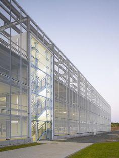 필요는 건축을 만들고 건축은 기능을 구현하는 바탕이 된다. 주차빌딩 프로젝트는 솔라 테크놀로지 AG 생산시설 확장으로 인한 부족한 직원주차공간 확보를 위해 건립. 하이테크놀로지를 구현하는 회사의 이미지..