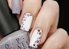 Nageldesign matt weiße Nägel mit grauen und braunen Tupfen Spitzen-Design