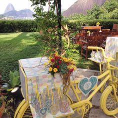 Na Bike de boas-vindas tem: estampa exclusiva, compotas lindas, arranjo de flores dos sonhos, coração com logo do casal e uma vista incrível ohlindeza.com