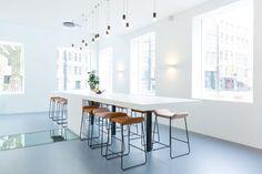 Wireflow Free-Form van Vibia | interieurdesign: Studio Tomorrow | Foto: Studio Moost #vibia #wireflow #kantoor #werkplek #verlichting #hanglamp #design #eikelenboom