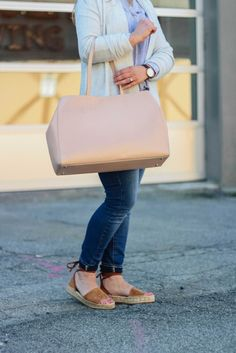 The perfect pink tote for Spring. how to style an oversized tote bag with a casual outfit.
