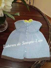 Labores de siempre: Vestido bebé en manga corta y abertura trasera Little Girl Dresses, Flower Girl Dresses, Baby Dresses, Knitted Baby Cardigan, Color Celeste, Baby Knitting Patterns, Knit Dress, Knit Crochet, Summer Dresses
