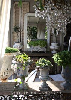 Mooi een brocante veranda. Oude luiken, brocante oude klepbanken sidetables en meer vindt je bij www.old-basics.nl