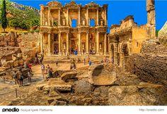 Efes Celsus Kütüphanesi-Efes, Anadolu'nun batı kıyısında, bugünkü İzmir ilinin Selçuk ilçesi sınırları içerisinde bulunan, daha sonra önemli bir Roma kenti olan antik bir Yunan kentiydi. Klasik Yunan döneminde İyonya'nın on iki şehrinden biriydi. Kuruluşu Cilalı Taş Devri MÖ 6000 yıllarına kadar dayanıyor.
