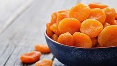 Dried fruit is the perfect health food snack, but many brands contain scary sulfites like sulfur dioxide. Avoid the food additive by making DIY dried fruit. Dried Apricots, Dried Fruit, Delicious Fruit, Yummy Snacks, Apricot Health Benefits, Fruit Sec, La Constipation, Fiber Rich Foods, Dehydrated Food