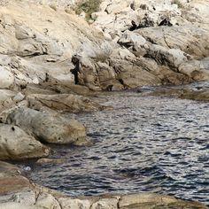 Las olas nos regalan sus maravillosas esculturas cuidadosamente talladas en las rocas a lo largo de los años... ¡Qué hermosas que lucen! #aRoses #VisitRoses #inCostaBrava #waves #sculpture #escultura #arte #mar
