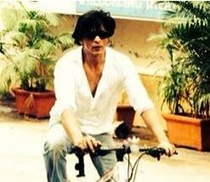 8 Feb. 2014 Twitter / iamsrk: They say on a cycle the passenger is the engine....so is true in life. Thanks juniorbachchan for the new ride. Love u.