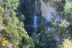 Die Brücke führt direkt am Wasserfall vorbei