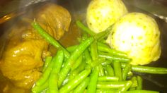 Rinderroulade gefüllt mit Senf, Bacon, Honig und Gewürzgurke, dazu angeröstete grüne Bohnen und Semmelködel