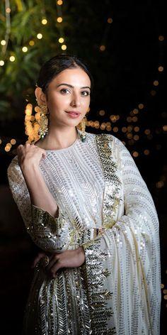 Pakistani Fashion Party Wear, Pakistani Dress Design, Pakistani Outfits, Bollywood Fashion, Indian Fashion, Designer Party Wear Dresses, Indian Designer Outfits, Indian Wedding Outfits, Indian Outfits