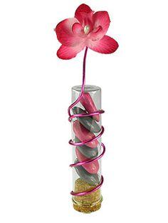 Éprouvette transparente avec dragées et orchidée - Nos éprouvettes sont disponibles en différentes couleurs acidulées ou transparente comme celle-ci. Rehaussées par un fil en laiton à modeler à votre guise, elles peuvent être posées sur vos tables debout ou obliques en équilibre ! http://www.mariage.fr/eprouvettes-couleur-avec-orchidees-et-dragees.html