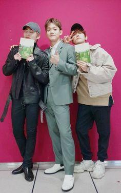 Xiumin and Baekhyun supporting Chen Kpop Exo, Exo K, Kaisoo, Chanyeol, Xiuchen, Kpop Guys, Album Releases, My King, Shinee
